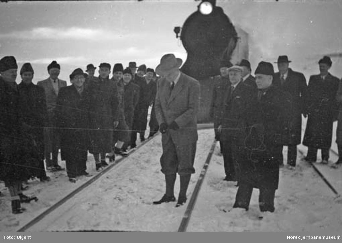 Åpningstoget for strekningen Mo i Rana - Lønsdal ved Polarsirkelen  hvor generaldirektør Sundt klipper over en hyssing og ærklærer Nordlandsbanen for åpnet