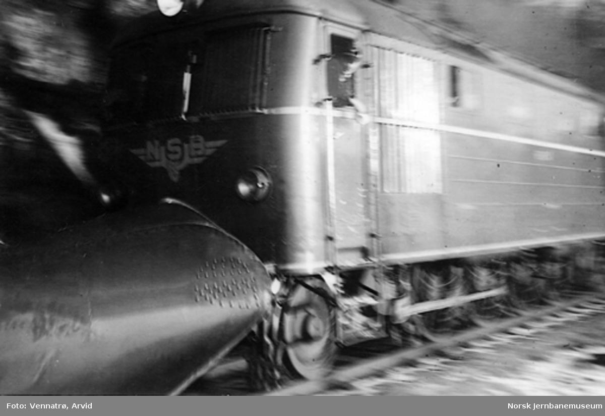 NSB diesellokomotiv type Di 1 nr. 601 foran godstog 5703 i Nyhuskleiva