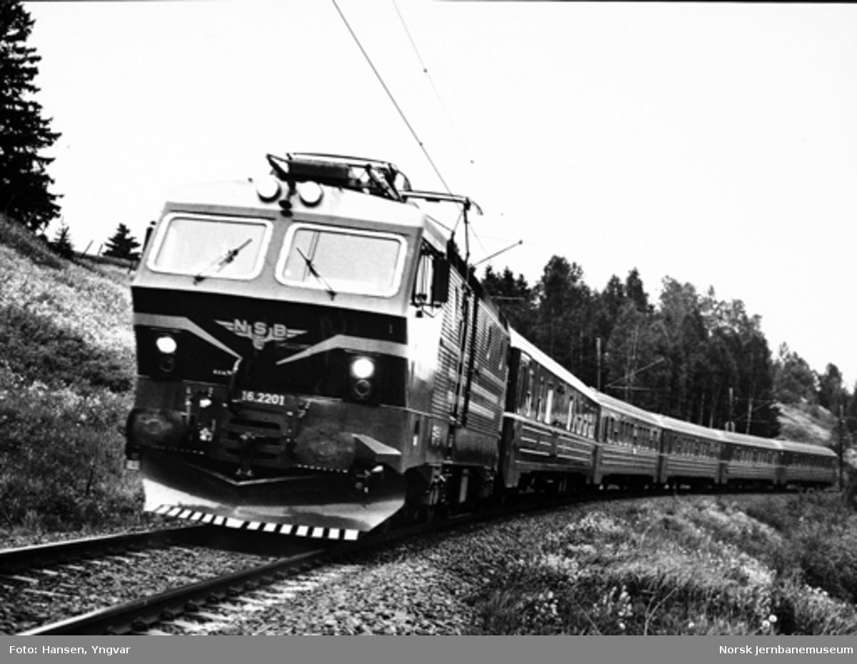 Elektrisk lokomotiv El 16 2201 med jubileumstog Hamar-Oslo ved 125 års-jubileet, fotografert mellom Eidsvoll og Bøn