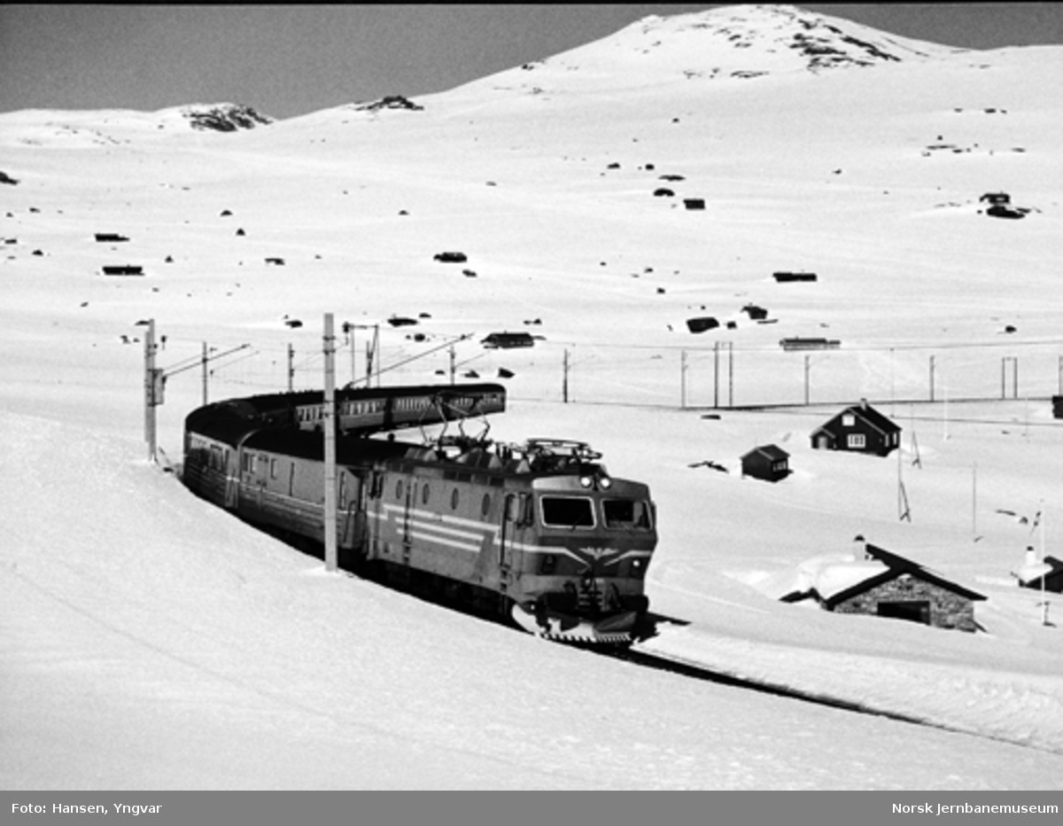 Elektrisk lokomotiv El 16 2201 med dagtoget til Bergen ved Finse