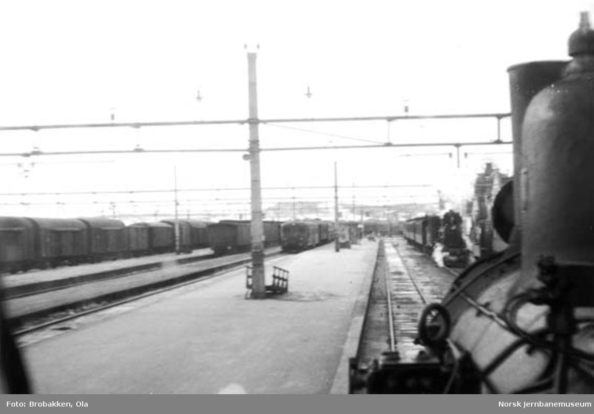 Hamar stasjon, fotografert fra førerhuset på et damplokomotiv i ankommende tog 374 med tog 377 stående klar