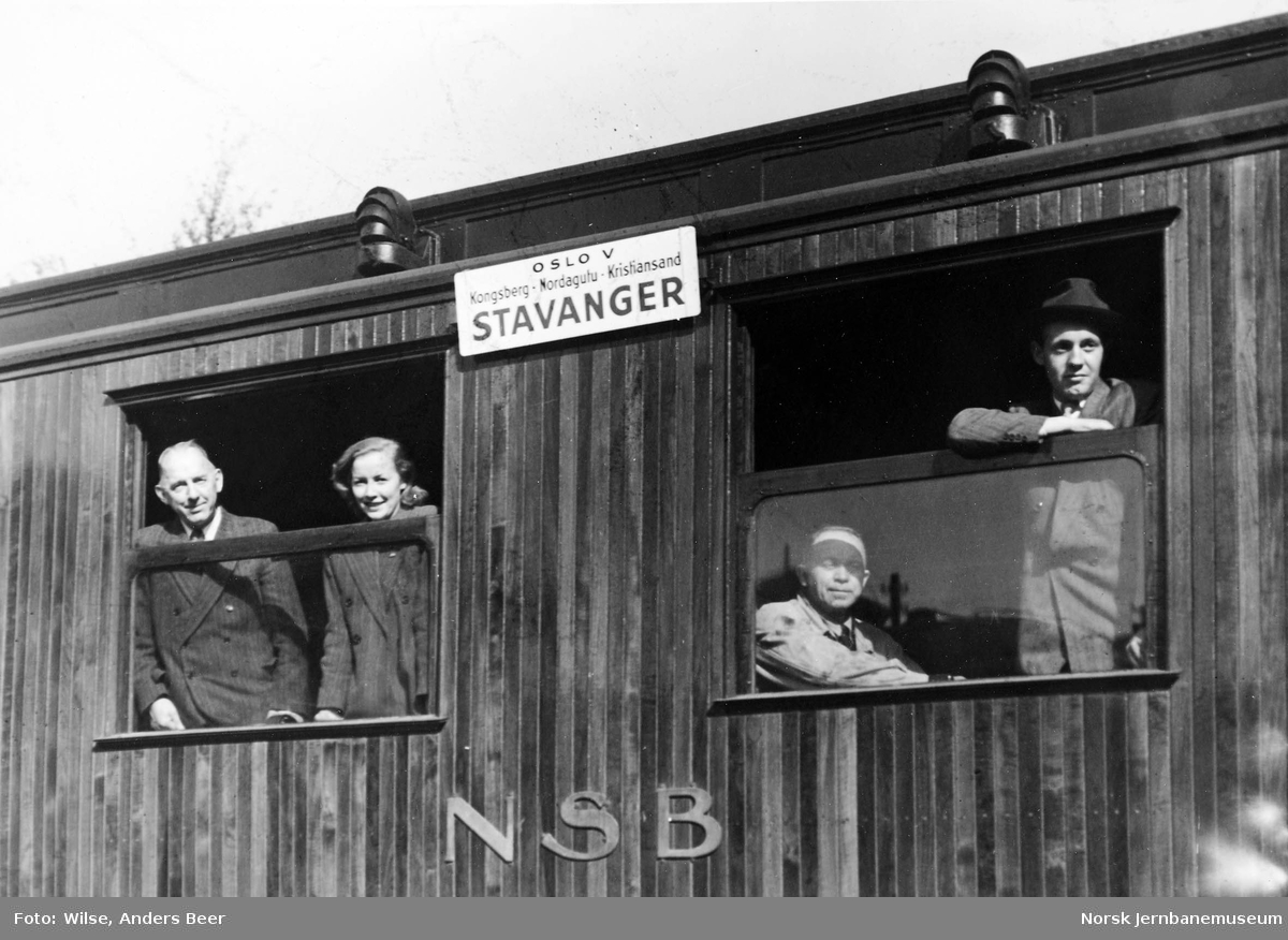 """Personvogn med destinasjonsskilt """"Oslo V-Kongsberg-Nordagutu-Kristiansand-Stavanger"""""""