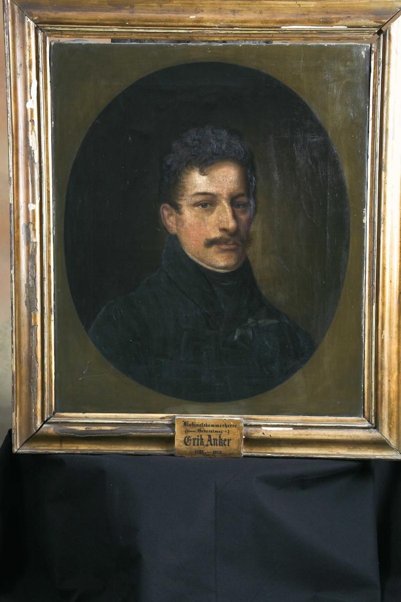 Mannsportrett 3/4 profil, mørke klær, mørkt hår og bart. Portrett av generalmajor Erik Anker, 1785-1858, sønn av Carsten Anker