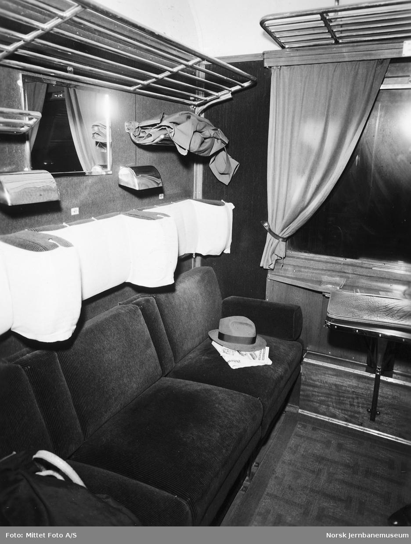 Kupé i svensk 1. klasse-vogn med aviser