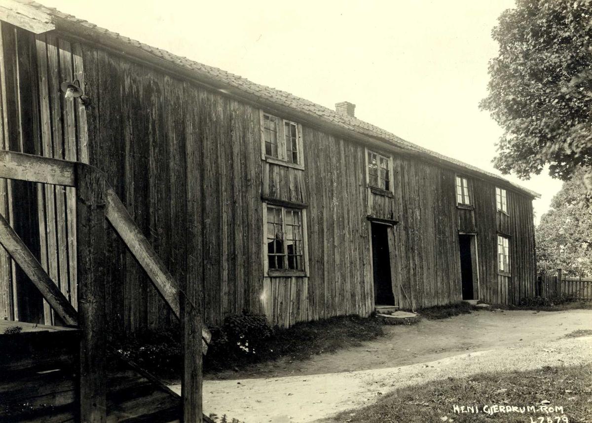 Heni, Gjerdrum, Øvre Romerike, Akershus. Langt våningshus med to innganger. Litt av trapp i venstre hjørne.