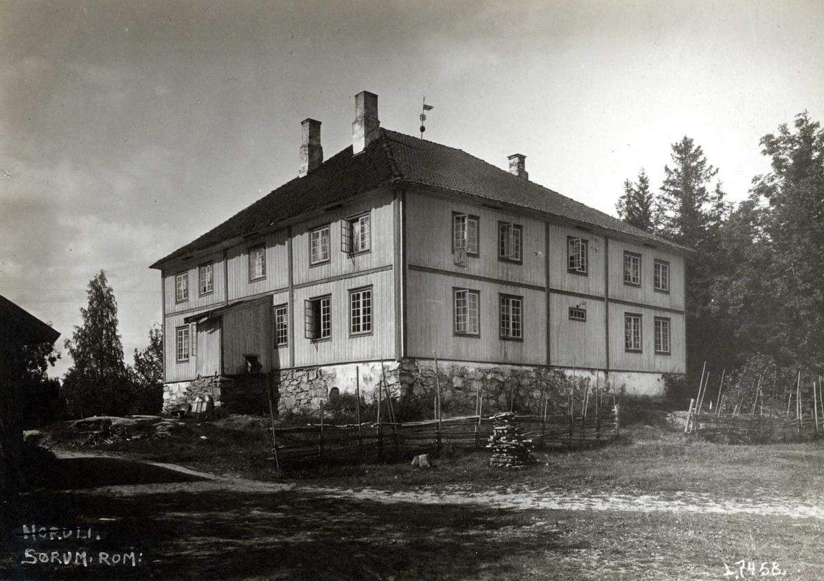 Ø. Vilberg, Sørum, Nedre Romerike, Akershus. Hovedbygningen med inngang og gårdsplass.