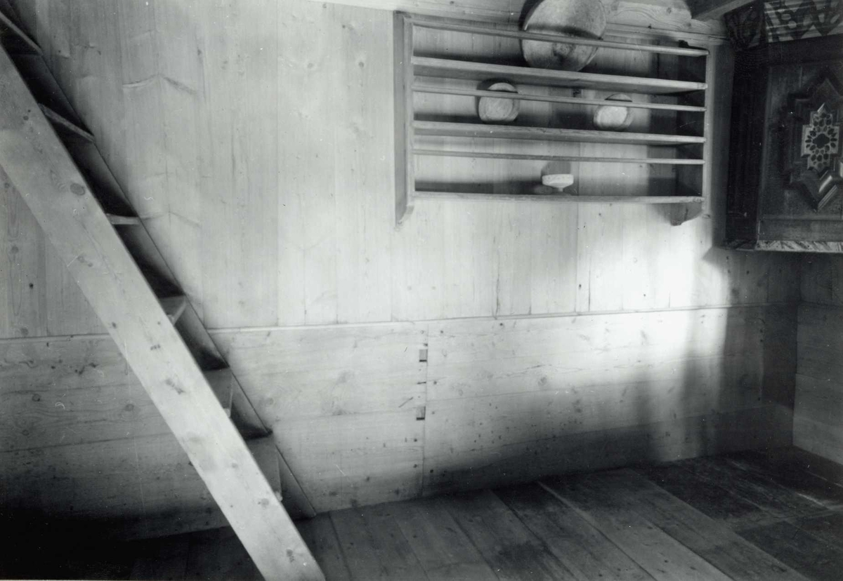 Olen, Øvre Steien, Alvdal, Nord-Østerdal, Hedmark. Koven, interiør med trapp, talerken hylle og hjørneskap. Nå på Glomdalsmuseet.