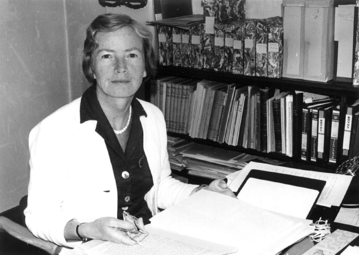 Konservator Marta Hoffmann ved sitt skrivebord på Norsk Folkemuseum sommeren 1961.